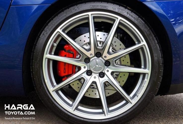 Gambar ini menunjukkan roda mobil dengan rem cakram
