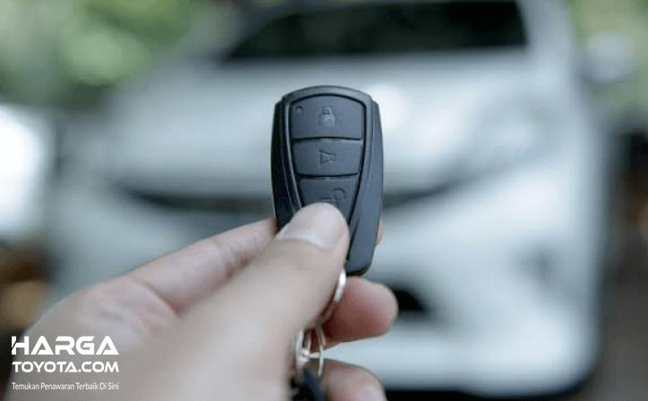 Gambar ini menunjukkan kunci mobil yang  bisa digunakan untuk mengakifkan dan mematukan alarm
