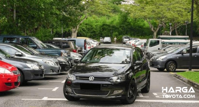 Gambar ini menunjukkan sebuah mobil akan parkir