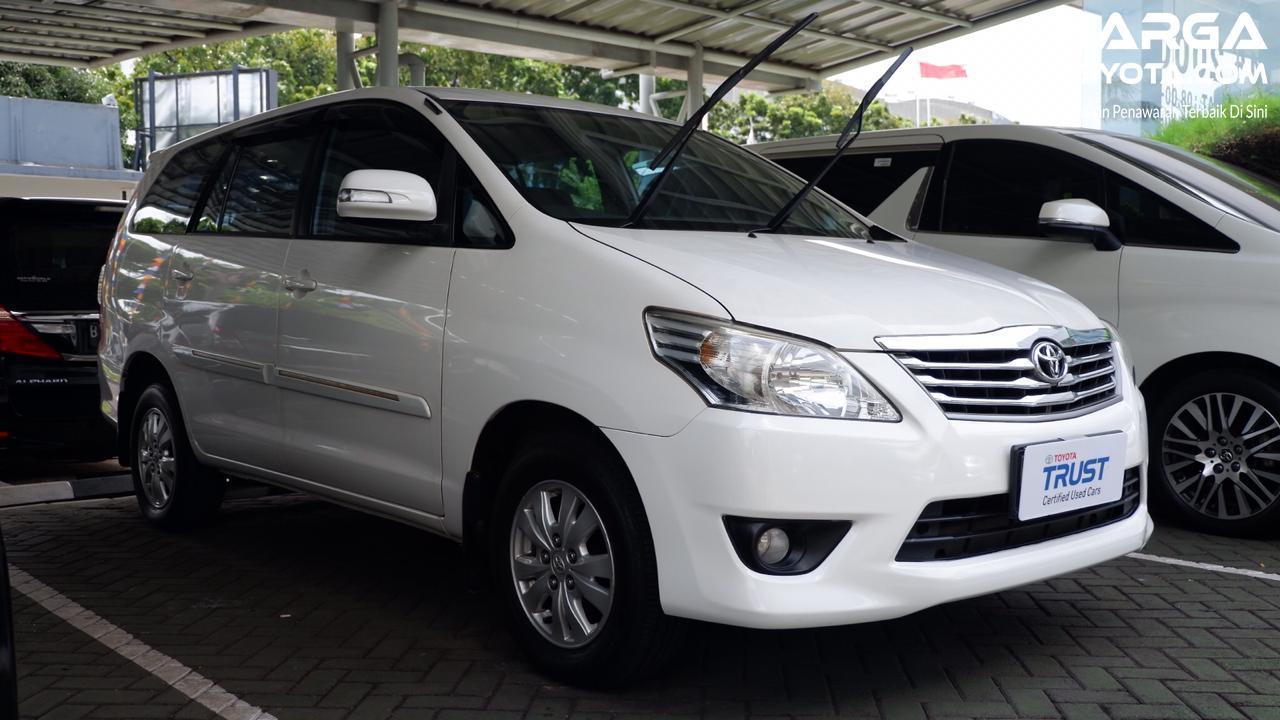 Foto menunjukkan Toyota Innova bekas dijual di diler mobil bekas resmi Toyota Trust