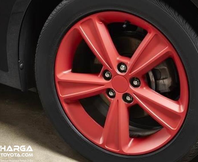 Gambar ini menunjukkan pelek mobil Toyota Calya warna merah