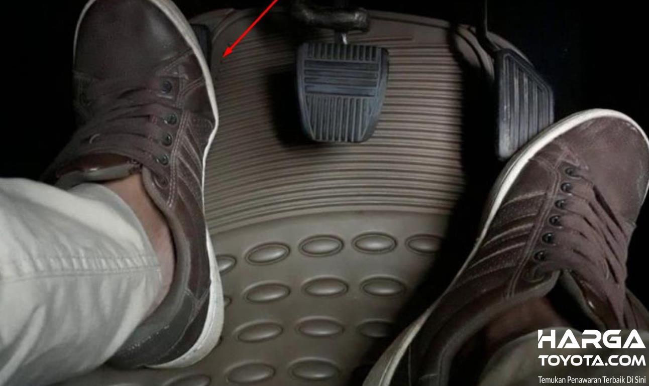 Gambar ini menunjukkan 2 kaki menekan pedal gas dan kopling