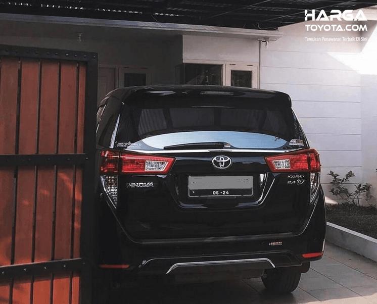 Gambar ini menunjukkan mobil Toyota tampak bagian belakang