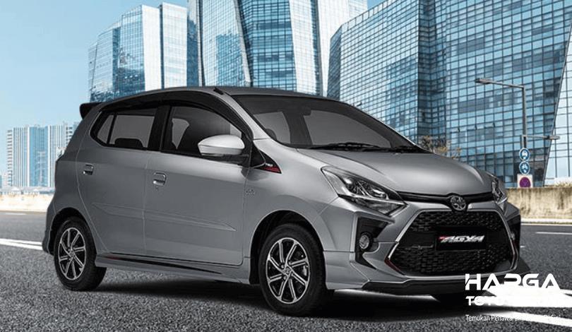 Gambar ini menunjukkan mobil Toyota New Agya 2020 tampak depan dan samping kanan