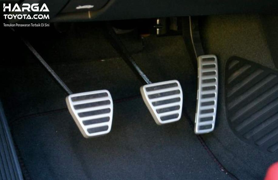 Gambar ini menunjukkan 3 buah pedal meliputi pedal gas, rem dan kopling