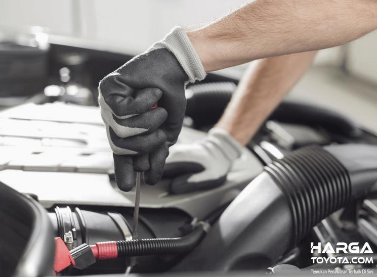 Gambar ini menunjukkan tangan mekanik sedang memegang obeng ditempelkan pada mesin