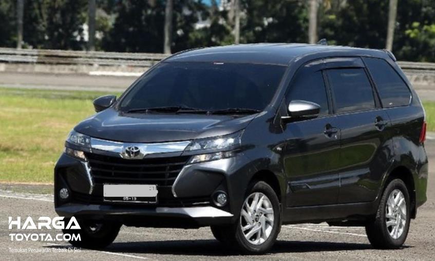 Gambar ini menunjukkan mobil Toyota Avanza tampak depan