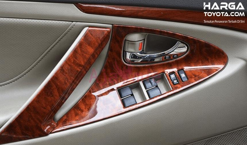 Gambar ini menunjukkan panel kayu di kabin mobil