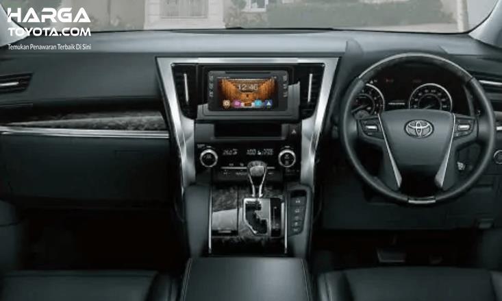 Gambar ini menunjukkan interior dashboard dan kemudi pada mobil
