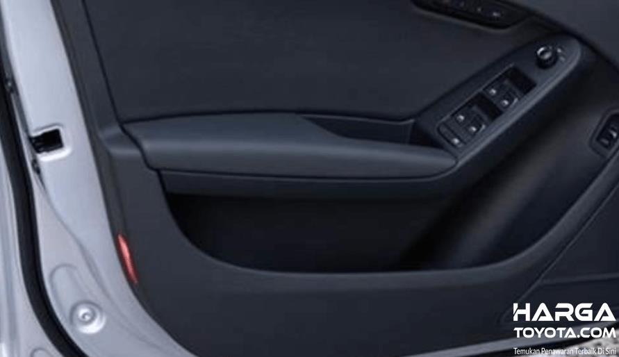 Gambar ini menunjukkan panel bahan plastik pada mobil