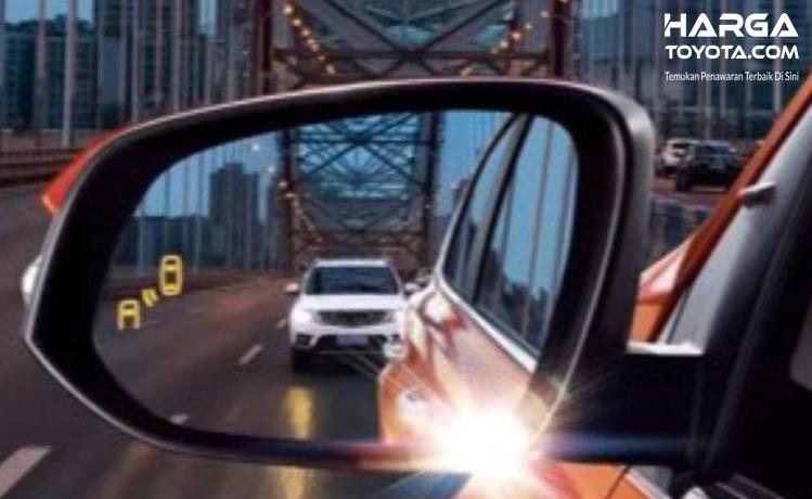 Gambar ini menunjukkan sebuah mobil tampak di kaca spion