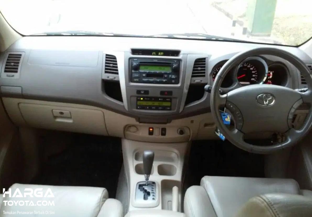 Gambar ini menunjukkan interior Toyota Fortuner generasi pertama