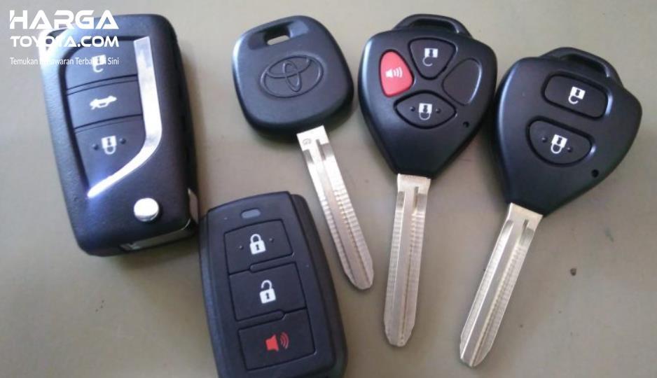 Gambar ini menunjukkan beberapa kunci mobil dengan desain berbeda