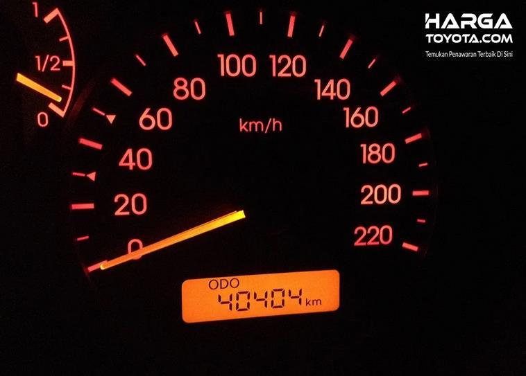 Gambar ini menunjukkan odometer pada mobil