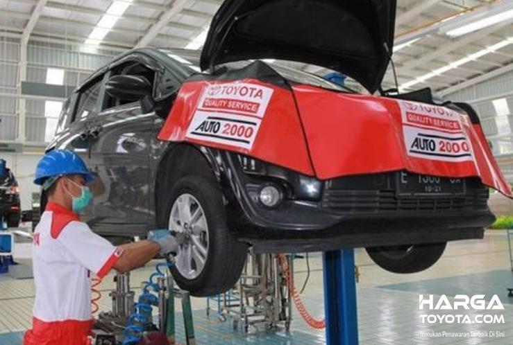 Gambar ini menunjukkan mobil Toyota di servis di bengkel resmi