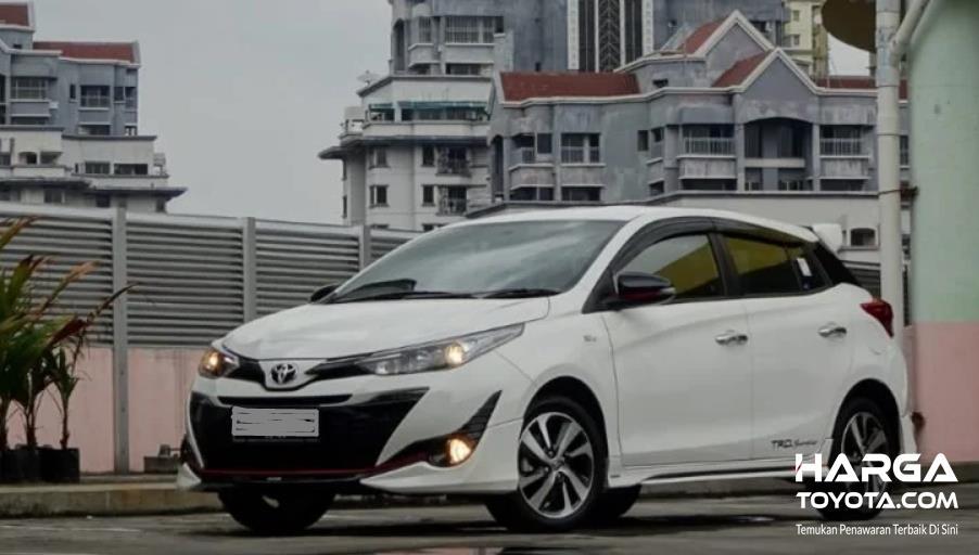 Gambar ini menunjukkan mobil Toyota Yaris putih tampak bagian depan