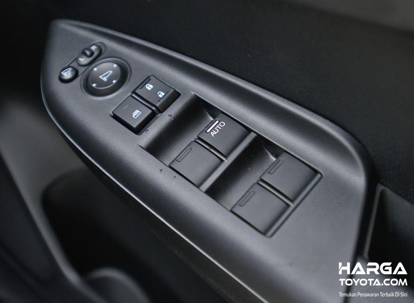 Gambar ini menunjukkan power window pada pintu mobil