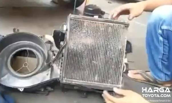 Gambar ini menunjukkan Evaporator AC mobil