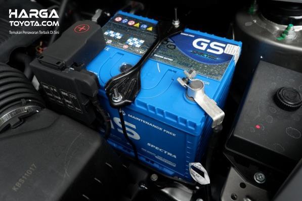 Gambar ini menunjukkan aki mobil dengan menggunakan warna biru