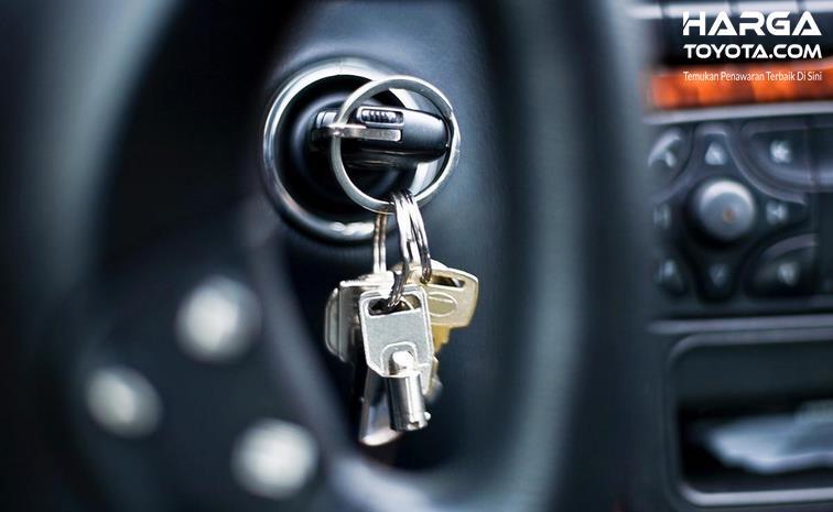 Gambar ini menunjukkan kunci pada mobil