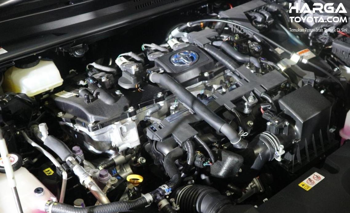 Gambar ini menunjukkan mesin mobil Toyota Corolla Cross Hybrid