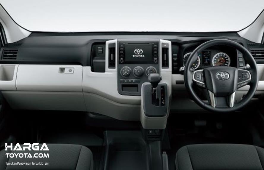 Gambar ini menunjukkan dashboard mobil Toyota Hiace
