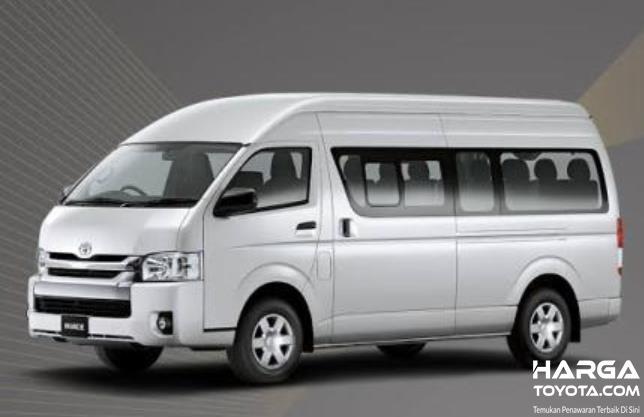 Gambar ini menunjukkan mobil Toyota Hiace tampak bagian samping