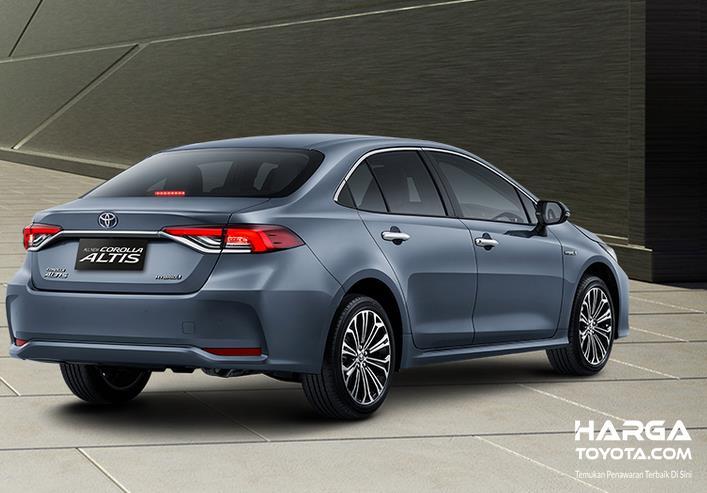 Gambar ini menunjukkan mobil Toyota Corolla Altis Hybrid tampak belakang