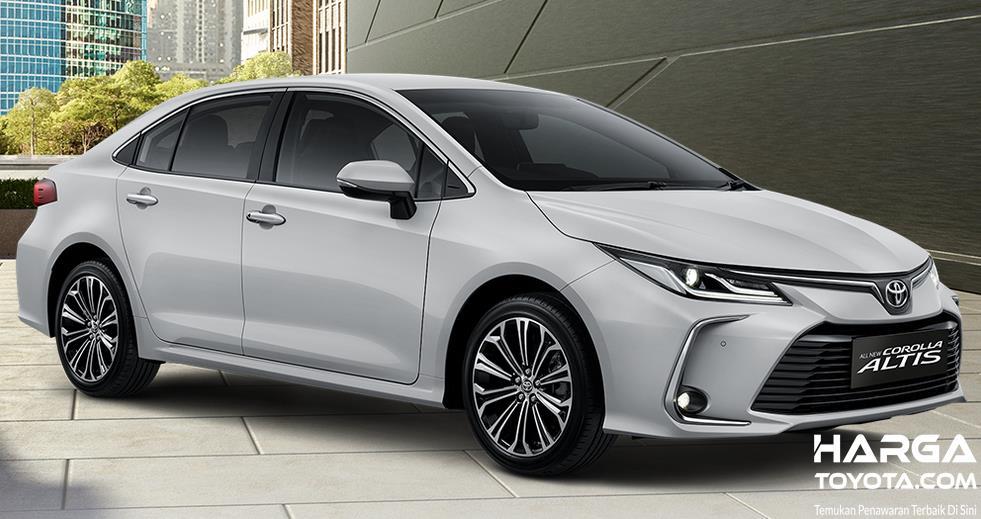 Gambar ini menunjukkan Mobil Toyota All New Corolla Altis putih tampak samping dan depan