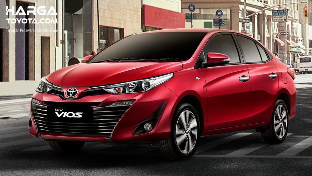 Gambar ini menunjukkan Mobil Toyota New Vios merah tampak depan