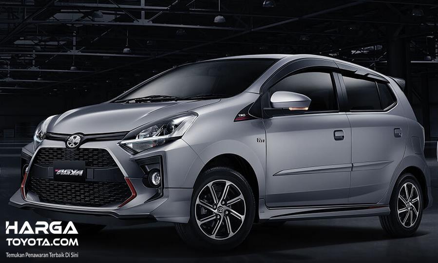 Gambar ini menunjukkaan mobil Toyota New Agya Silver tampak samping