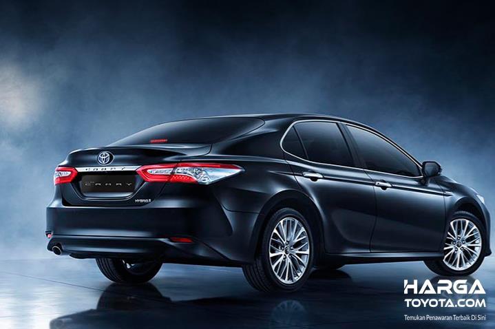 Gambar ini menunjukkan mobil Toyota Hybrid tampak samping dan belakang