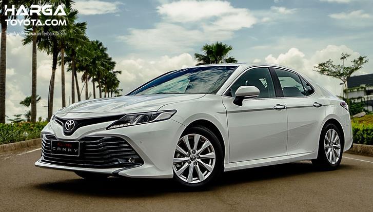 Gambar ini menunjukkan Toyota Hybrid Standar tampak depan dan samping