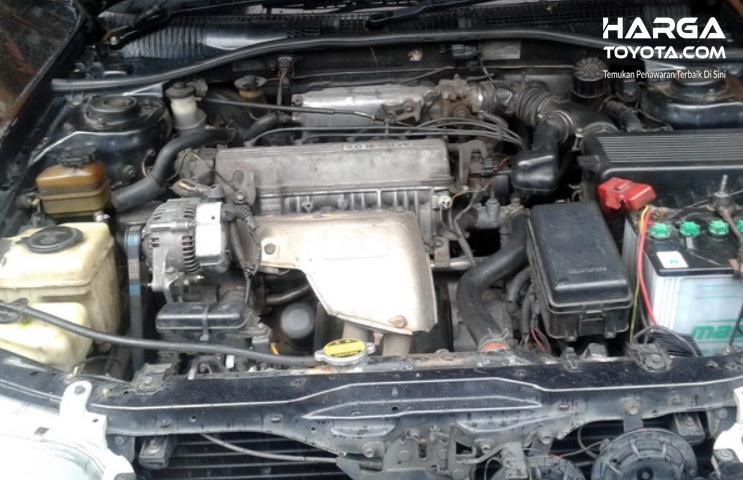 Gambar ini menunjukkan mesin mobil Toyota Corona