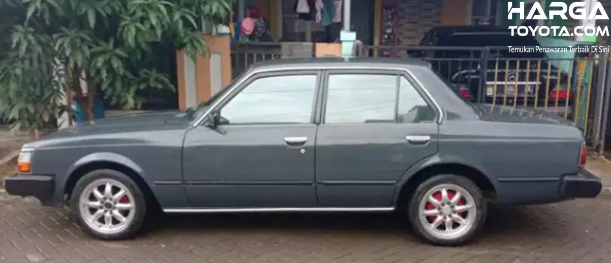 Gambar ini menunjukkan mobil Toyota Corona tampak samping