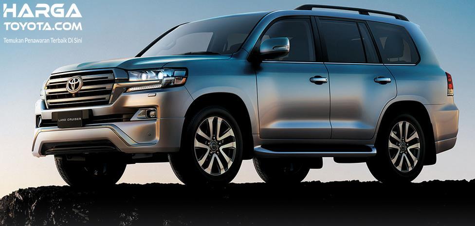 Gambar ini menunjukkan Mobil Toyota Land Cruiser tampak samping