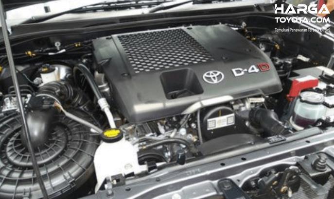 Gambar ini menunjukkan mesin diesel common rail pada mobil Toyota
