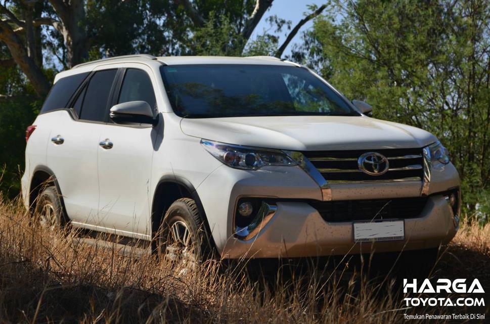 Gambar ini menunjukkan Toyota Fortuner putih tampak bagian depan
