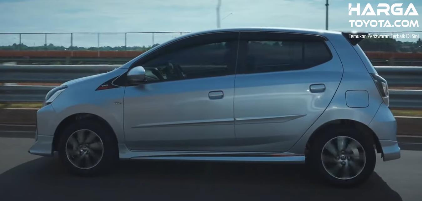 Gambar ini menunjukkan tampilan samping mobil Toyota Agya