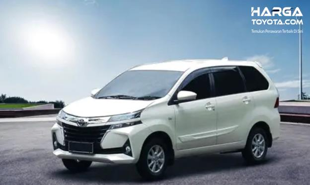 Gambar ini menunjukkan mobil Toyota avanza