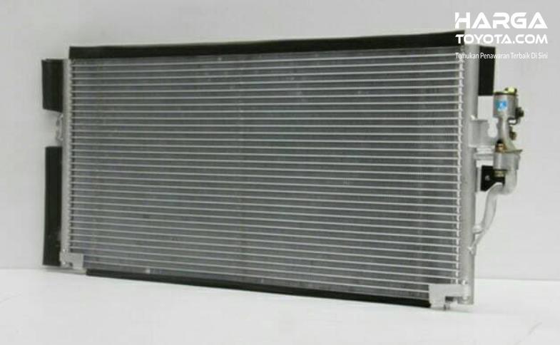 Gambar ini menunjukkan kondensor AC mobil
