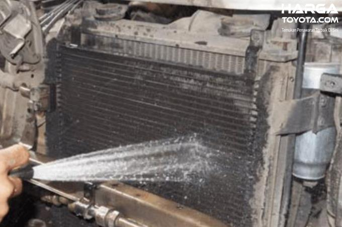Gambar ini menunjukkan penyemprotan kondensor AC mobil