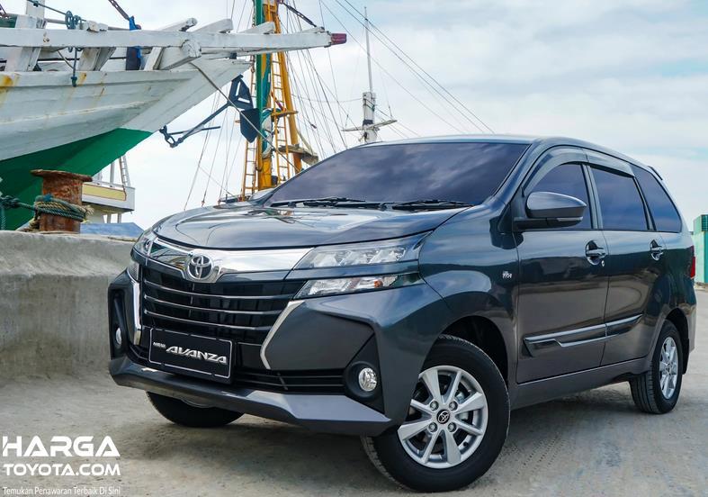 Gambar ini menunjukkan Toyota Avanza tampak bagian depan