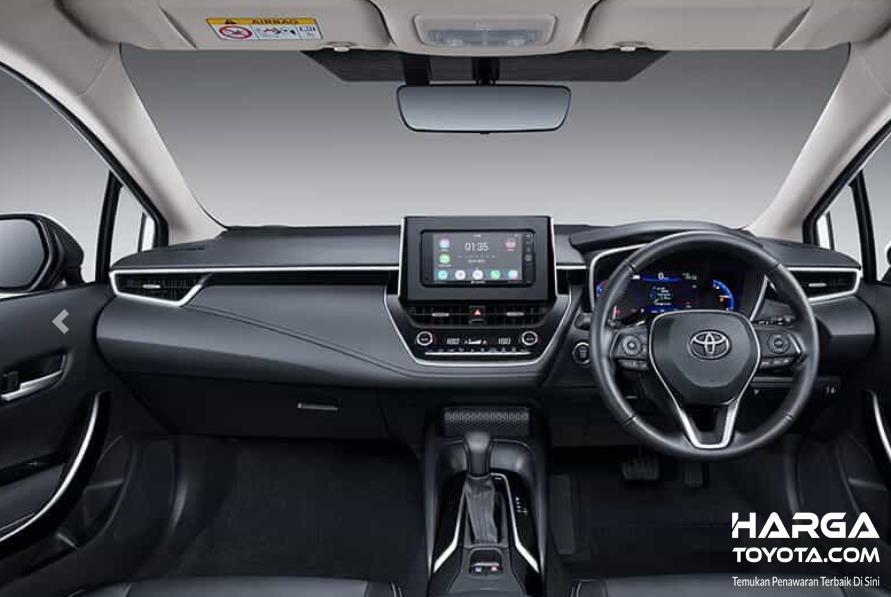 Gambar ini menunjukkan interior mobil Toyota Corolla Altis Hybrid
