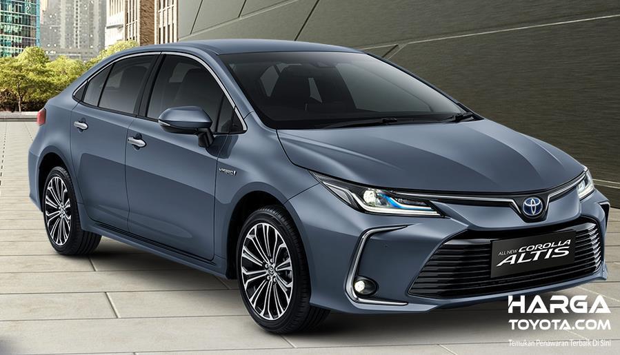 Gambar ini menunjukkan mobil Toyota Corolla Altis Hybrid tampak depan