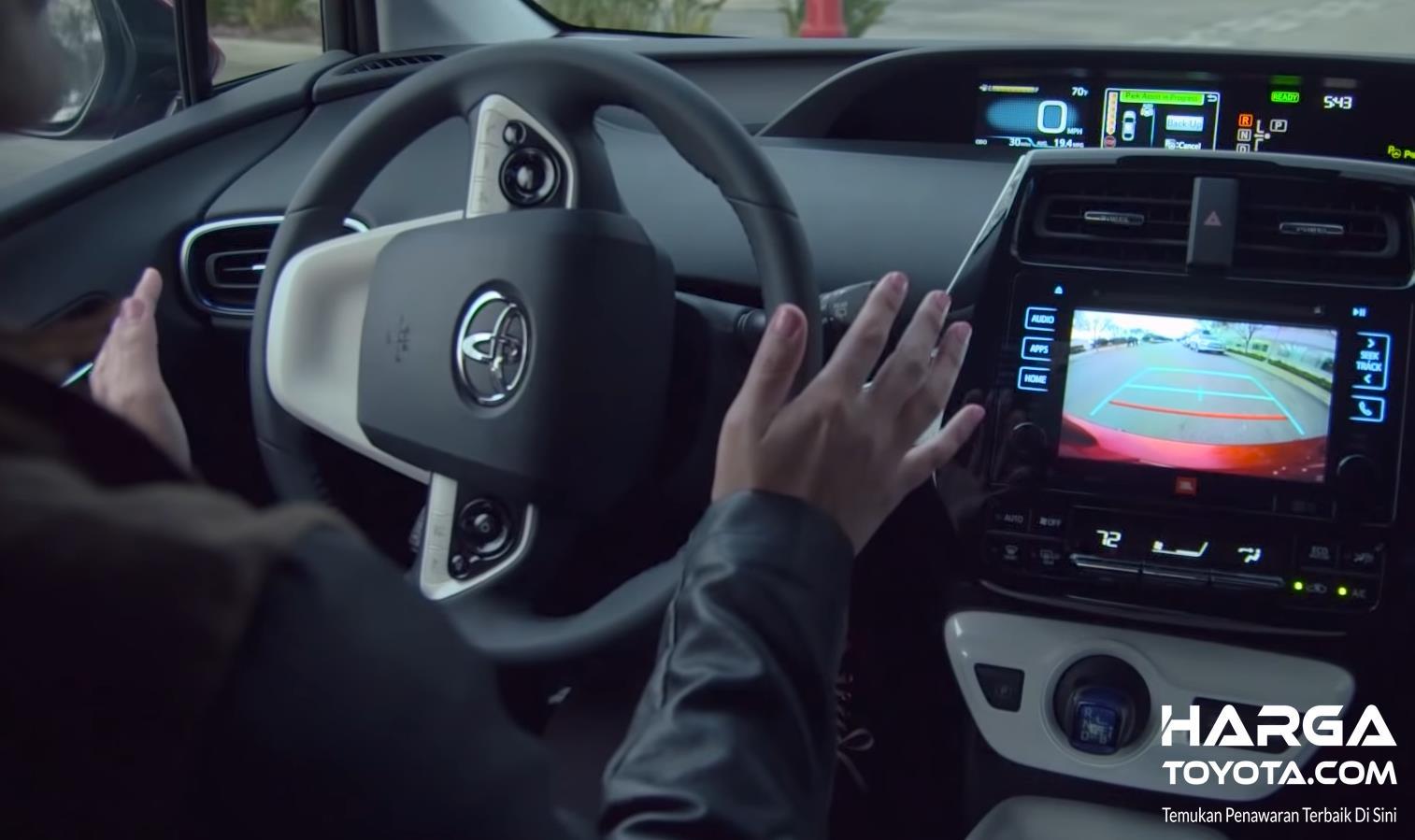 Gambar ini menunjukkan kemudi mobil dilepas saat mengaktifkan fitur Intelligent Park Assist Toyota