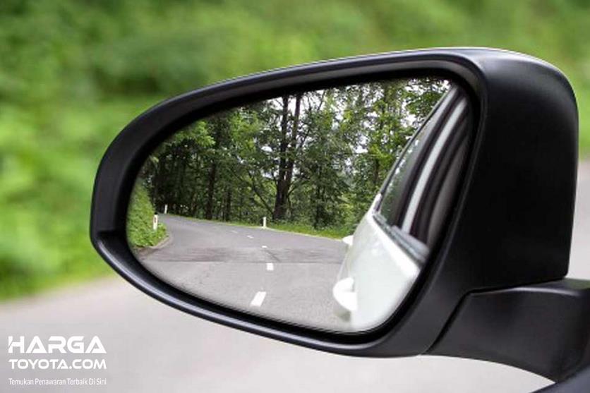 Gambar ini menunjukkan kaca spion mobil