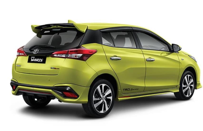 Gambar ini menunjukkan Toyota Yaris tampak samping dan belakang