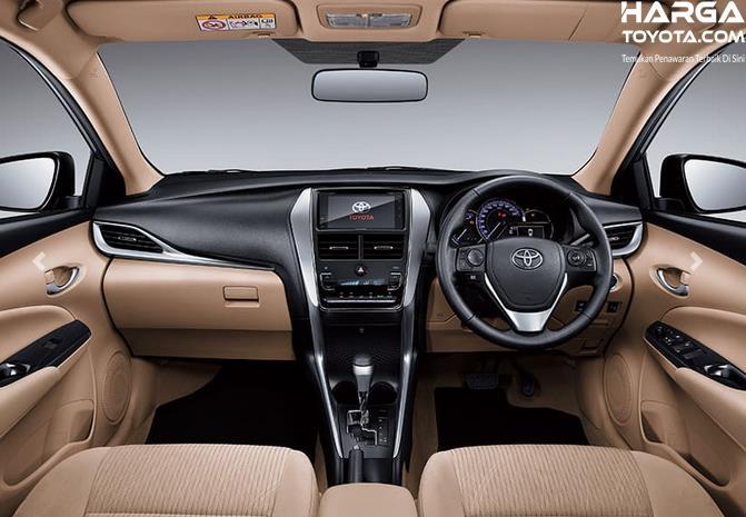 Gambar ini menunjukkan interior mobil Toyota Vios