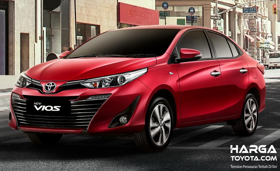 Gambar ini menunjukkan Toyota New Vios merah tampak depan dan sisi kiri